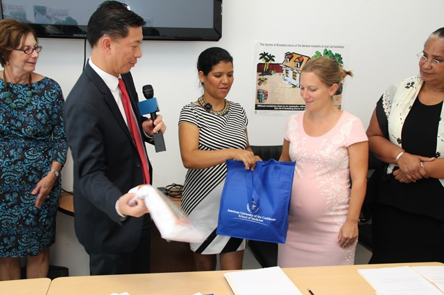 Dr. Golden Jackson, director of Service-Learning and Community Affairs at AUC, Minister of Public Health Emil Lee from VSA, Milagros de Windt, recipient of bag, Margje Troost recipient of bag, Policy advisor at Public Health and Dr. Virginia Asin-Oostburg, Department Head CPS.